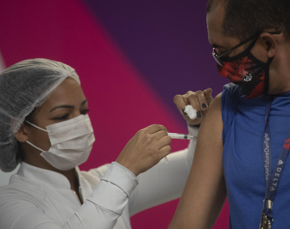 A health worker inject the COVID-19 vaccine to residents during a mass vaccination in Rio De Janeiro, Brazil, on June 3, 2021. Rio de Janeiro does not receive flights from India, to try to contain the new Indian strain, , and tests people to detect possible contamination, and also does Vaccination against Covid19 at Galeao International Airport. North area of the city, Brazil has 467,000 deaths and 16.72 million cases of Covid-19, Brazil reached 467,706 deaths by covid-19. In the last 24 hours, there were 2,507 deaths and 95,601 new cases. In total, 16,720,081 cases were confirmed in the country. (Photo by Fabio Teixeira/NurPhoto via Getty Images)
