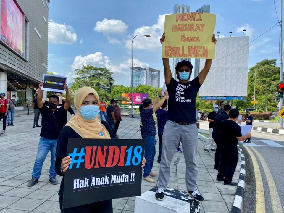 The flash mob that started at 11am saw about 50 people protesting at the Jalan Tebrau intersection fronting Plaza Pelangi in Johor Baru today. — Picture by Ben Tan