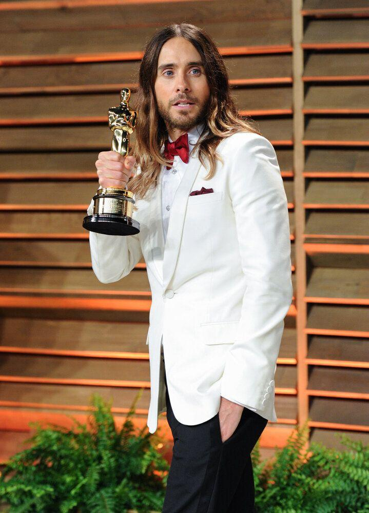 Jared Leto holding his Oscar for Best Supporting Actor.