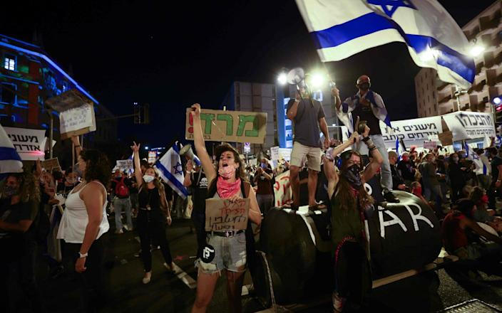 Israeli protesters gather during a demonstration amid a second lockdown in front of Prime Minister Benjamin Netanyahu's residence in Jerusalem - EMMANUEL DUNAND /AFP