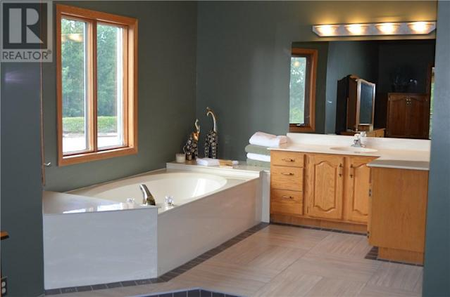 <p><span>5 Saskatoon Highway 5 East Acreage, Saskatoon, Sask.</span><br> There are four bathrooms in the home, including this five-piece master ensuite.<br> (Photo: Zoocasa) </p>