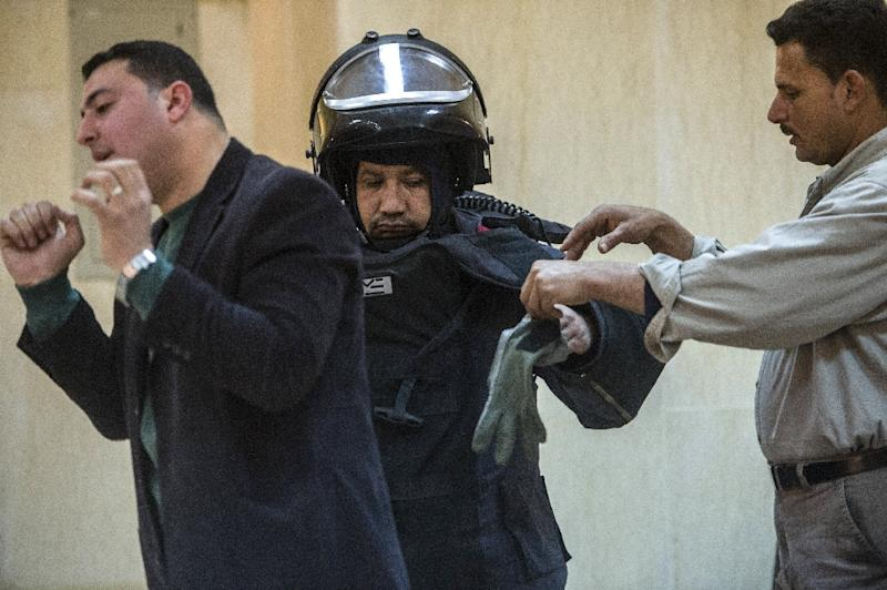 An Egyptian bomb disposal expert (L) conducts training on the use of protective wear on February 15, 2015 in the capital Cairo (AFP Photo/Khaled Desouki)