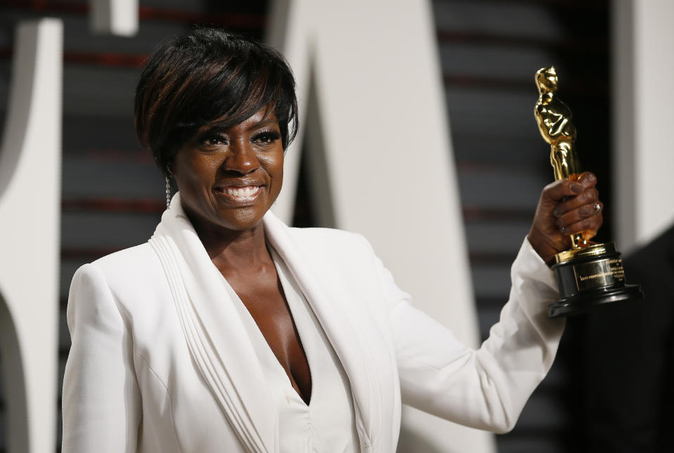 """89th Academy Awards - Oscars Vanity Fair Party - Beverly Hills, California, U.S. - 27/02/17 – Viola Davis holds her Oscar for Best Supporting Actress for """"Fences"""" REUTERS/Danny Moloshok"""