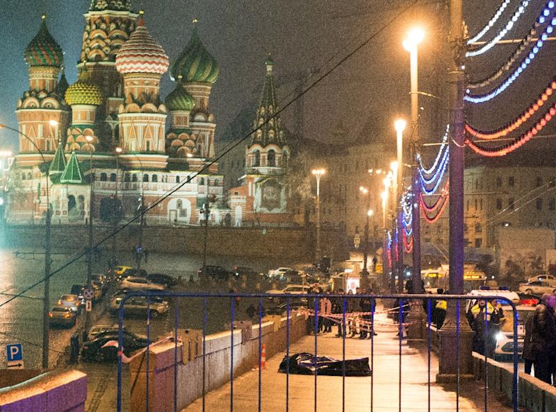 The body of Russian opposition leader Boris Nemtsov, covered with plastic, lies on Moskvoretsky bridge near St. Basil's cathedral in central Moscow on February 28, 2015 (AFP Photo/Dmitry Sereryakov)