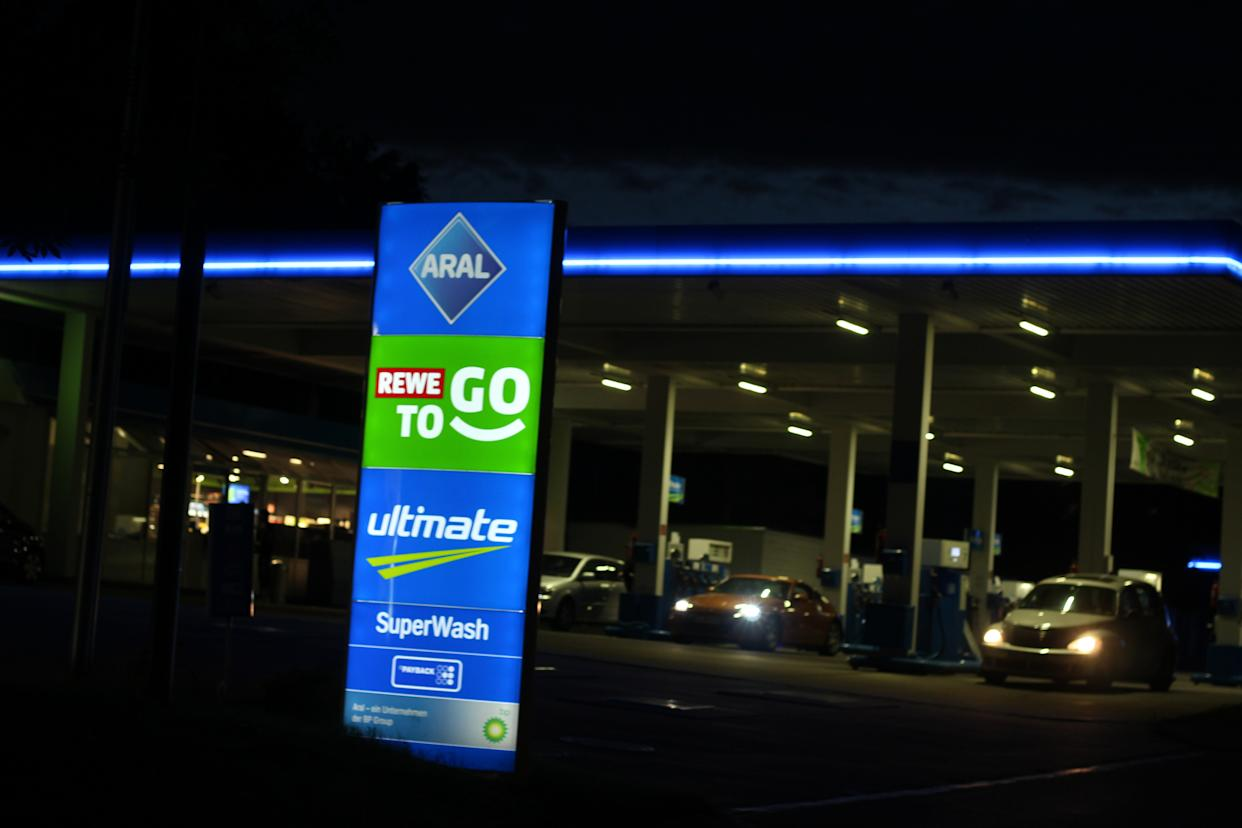 SCHWERTE, GERMANY - 2020/07/05: The photo shows an Aral petrol station in Schwerte, North Rhine-Westphalia. Germany's largest chain of petrol stations, Aral, wants to take the rewe-to-go shops in petrol stations into its own hands. (Photo by Lukas Pohland/Pacific Press/LightRocket via Getty Images)