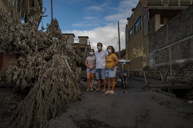 Residents return to their homes covered in ash in Talisay on Jan. 14. | Ezra Acayan—Getty Images