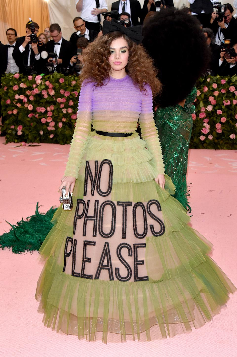 """<h1 class=""""title"""">Hailee Steinfeld in Viktor & Rolf with a Judith Leiber Couture bag</h1><cite class=""""credit"""">Photo: Getty Images</cite>"""