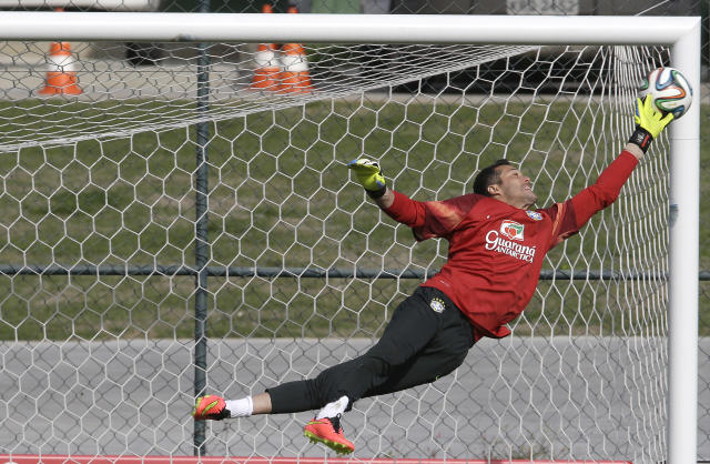 Brazil goalkeeper Julio Cesar practices during a training session at the Granja Comary training center in Teresopolis, Brazil, Thursday, June 26, 2014. Brazil will face Chile in their next World Cup soccer match, Saturday. (AP Photo/Andre Penner)