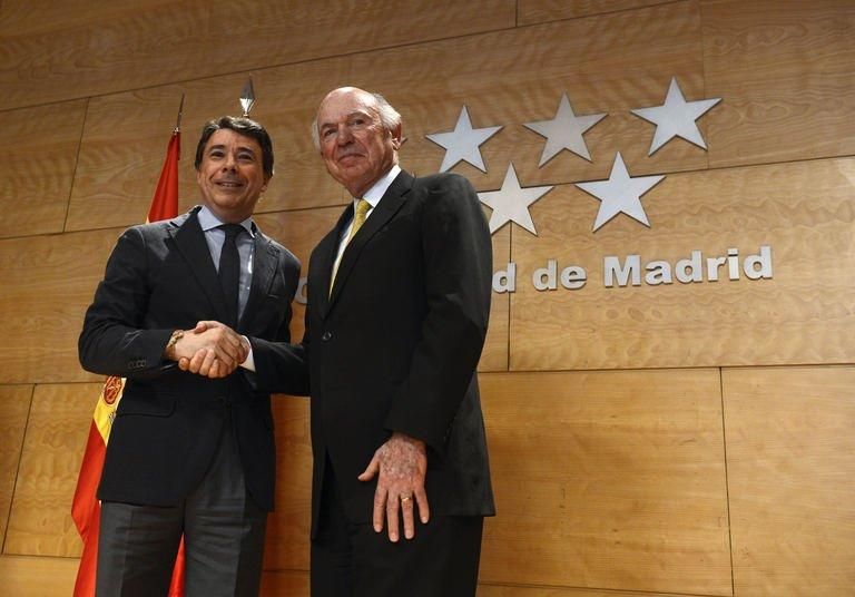President and Chief Operating Officer of Las Vegas Sands Corp. Mike Leven (R) poses with Ignacio Gonzalez, president of Madrid Regional Government, in Madrid on February 8, 2013. US firm Las Vegas Sands said it was set to go ahead with building a huge casino near Madrid, which could create hundreds of thousands of jobs at a time of record unemployment in Spain