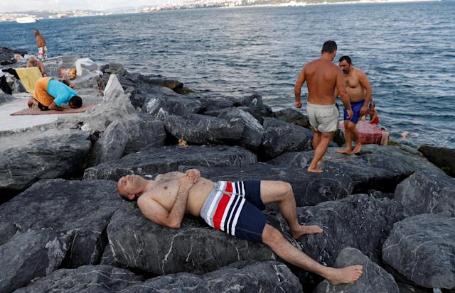 <p>Men relax in the hot weather by the Marmara Sea in Istanbul, Turkey, Aug. 3, 2018. (Photo: Murad Sezer/Reuters) </p>
