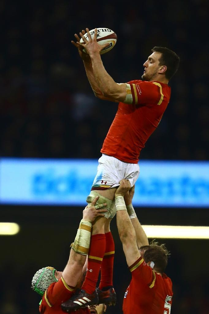 Wales' flanker Sam Warburton catches the ball at a line-out during their Six Nations rugby union match against England, at the Principality Stadium in Cardiff, south Wales, on February 11, 2017 (AFP Photo/Geoff Caddick)