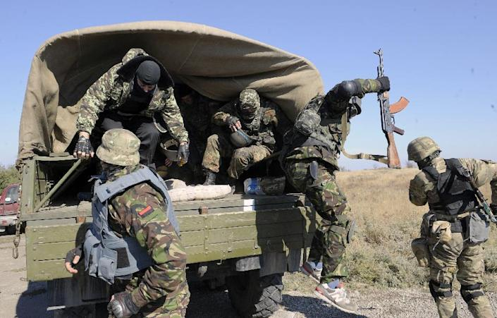 Servicemen of the pro-Ukrainian St. Maria battalion take part in a drill near the eastern Ukrainian city of Mariupol on October 8, 2014 (AFP Photo/Alexander Khudoteply)