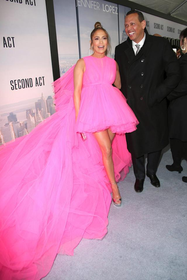 "<p>Jennifer Lopez y <a href=""https://www.woman.es/celebrities/looks/vestido-nube-rosa-jennifer-lopez-giambattista-valli?ns_campaign=noticias-yahoo&ns_source=yahoo.com&ns_mchannel=rss&ns_linkname=%2Fcelebrities%2Flooks%2Fvestido-nube-rosa-jennifer-lopez-giambattista-valli&ns_fee=0"" target=""_blank"">su espectacular look rosa fresa</a> en la premiere de '´Second act' en Nueva York.</p>"