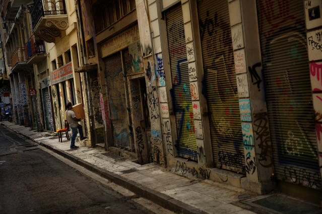 <p>A man carries a box into the only shop open of an Athens street, June 25, 2015. (Photo: Daniel Ochoa de Olza/AP) </p>