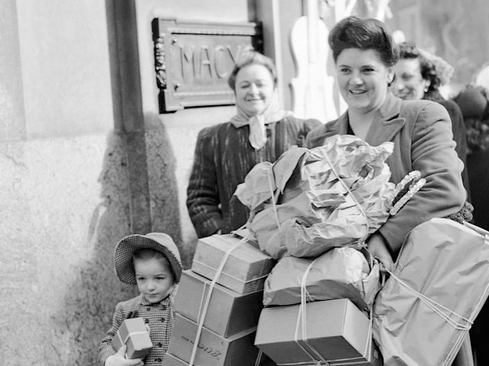 Holiday shopping 1946