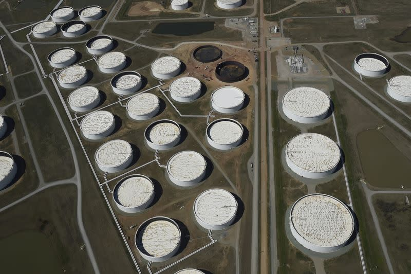 Freight rate surge trims oil traders' profits despite wide contango