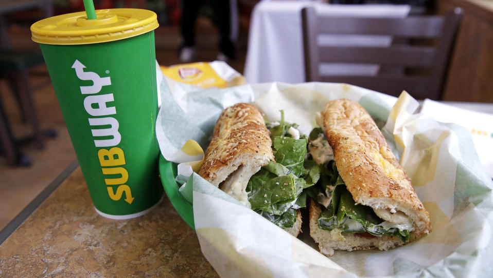 Bebida y sandwich de un restaurante de Subway. (AP Photo/Charles Krupa)