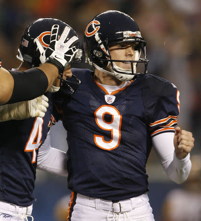 FILE PHOTO: Chicago Bears Brad Maynard (4) congratulates Robbie Gould (9) after his game-wining kick against Pittsburgh Steelers during the fourth quarter of their NFL football game in Chicago September 20, 2009. REUTERS/John Gress