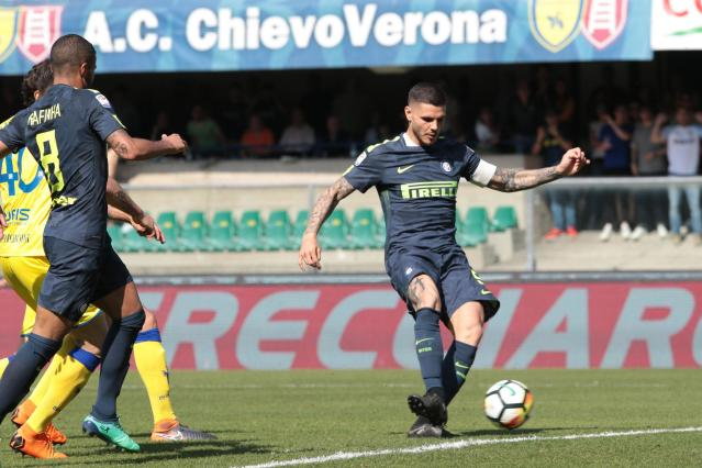 Inter's Mauro Icardi, right, scores during a Serie A soccer match between Chievo and Inter Milan at the Bentegodi stadium in Verona, Sunday, April 22, 2018. (Filippo Venezia/ANSA via AP)