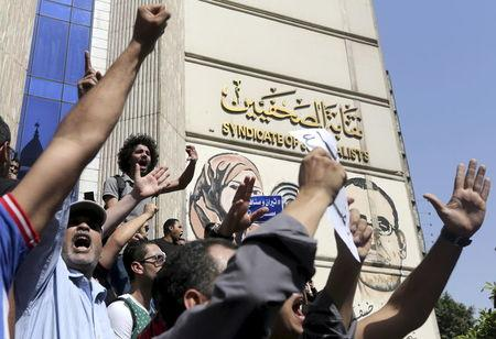 Protesters demand fall of Egypt's government over islands deal