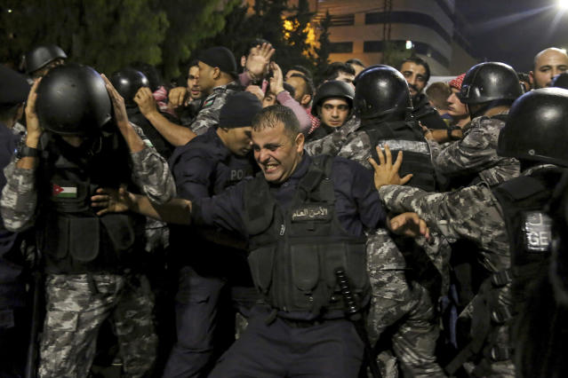 <p>Jordanian riot police and security forces scuffle with protesters during a demonstration outside the Prime Minister's office in Amman, early Tuesday, June 5, 2018. (Photo: Raad al-Adayleh/AP) </p>