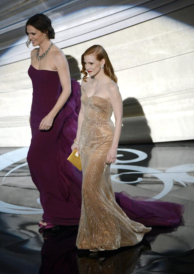 HOLLYWOOD, CA - FEBRUARY 24:  Actresses Jennifer Garner and Jessica Chastain present onstage during the Oscars held at the Dolby Theatre on February 24, 2013 in Hollywood, California.  (Photo by Kevin Winter/Getty Images)