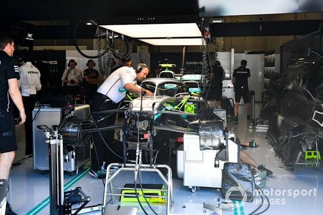 "Mechanics cambia el motor de Valtteri Bottas, Mercedes AMG W10 <span class=""copyright"">Mark Sutton / Motorsport Images</span>"