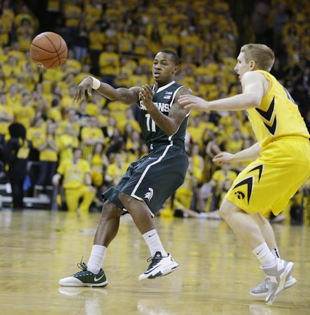Michigan State guard Keith Appling, left, passes in front of Iowa guard Mike Gesell, right, during the first half of an NCAA college basketball game, Tuesday, Jan. 28, 2014, in Iowa City, Iowa. (AP Photo/Charlie Neibergall)