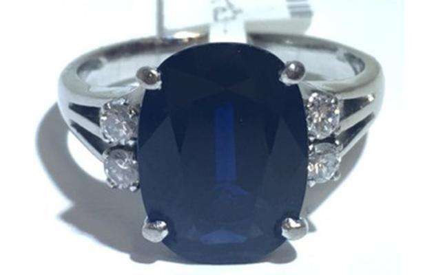 14ct white gold sapphire and diamond ring. Image: Cash Converters