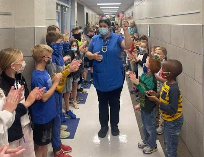 <p>Touching moment elementary children applaud school worker for passing citizenship test</p> (Facebook/prairievale)