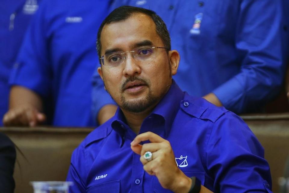 Umno Youth chief Datuk Asyraf Wajdi Dusuki has refused to apologise to Maszlee Malik by claiming that he had never named the Simpang Renggam MP, even as the latter was the education minister in that administration. — Picture by Ahmad Zamzahuri