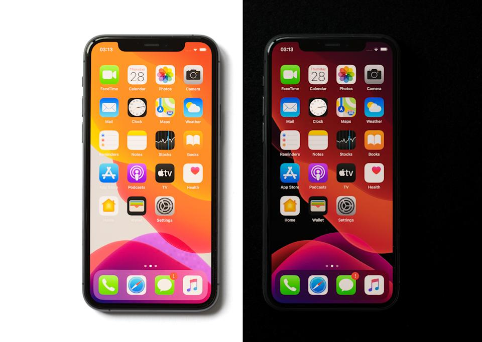Comparación de las pantallas del iPhone 11 Pro en modo light y dark. Foto: Getty Images.
