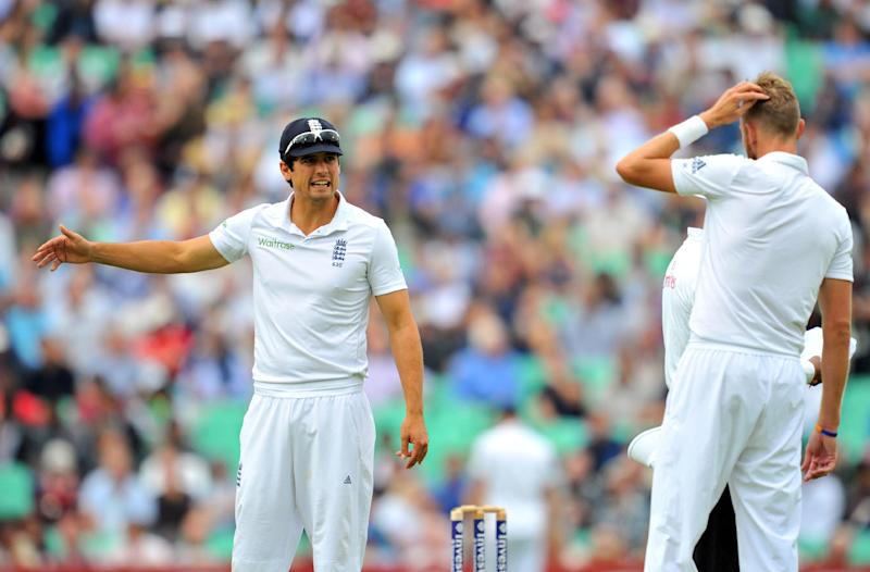England's captain Alastair Cook (L) talks to bowler Stuart Broad (R) on August 15, 2014