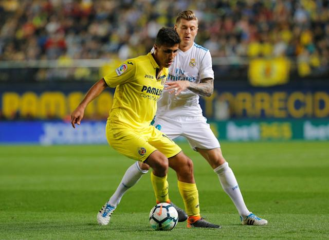 Soccer Football - La Liga Santander - Villarreal vs Real Madrid - Estadio de la Ceramica, Villarreal, Spain - May 19, 2018 Real Madrid's Toni Kroos in action with Villarreal's Rodri REUTERS/Heino Kalis