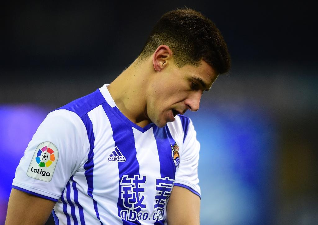 Real Sociedad's defender Yuri Berchiche looks downwards during the Spanish league football match against Sevilla FC January 7, 2017 (AFP Photo/MIGUEL RIOPA)