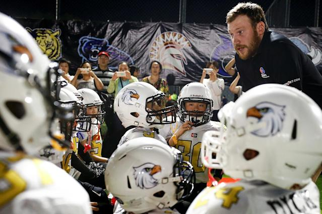 <p>Eagles coach Ivan Vitkovskyi talks to his team before their Future League American football youth league match against the Sharklets in Beijing, May 26, 2017. (Photo: Thomas Peter/Reuters) </p>