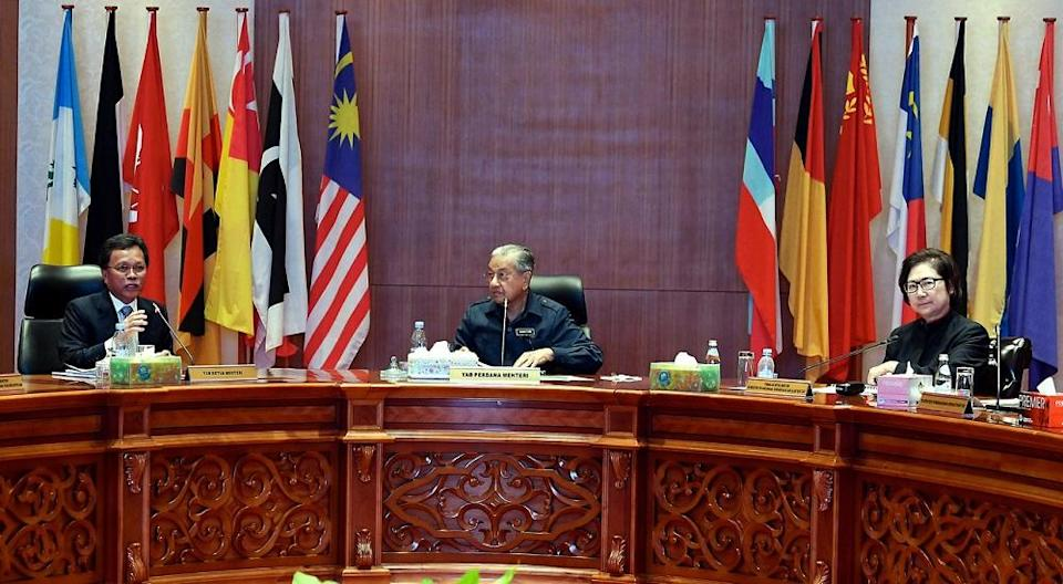 Prime Minister Tun Dr Mahathir Mohamad chairs a closed door meeting with Sabah ministers in Kota Kinabalu September 17, 2019. — Bernama pic