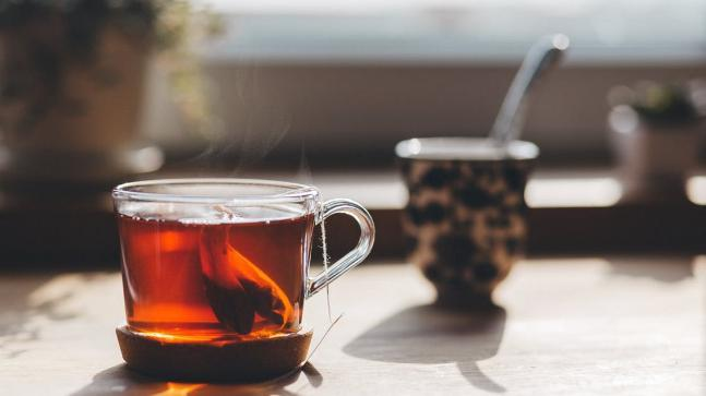A study has found that drinking hot tea may increase the risk of cancer among people who smoke and drink.