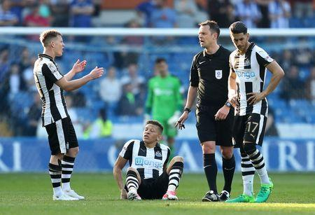 Britain Football Soccer - Sheffield Wednesday v Newcastle United - Sky Bet Championship - Hillsborough - 8/4/17 Matt Ritchie (L) reacts as Dwight Gayle of Newcastle United sits down with an injury Mandatory Credit: Action Images / John Clifton Livepic