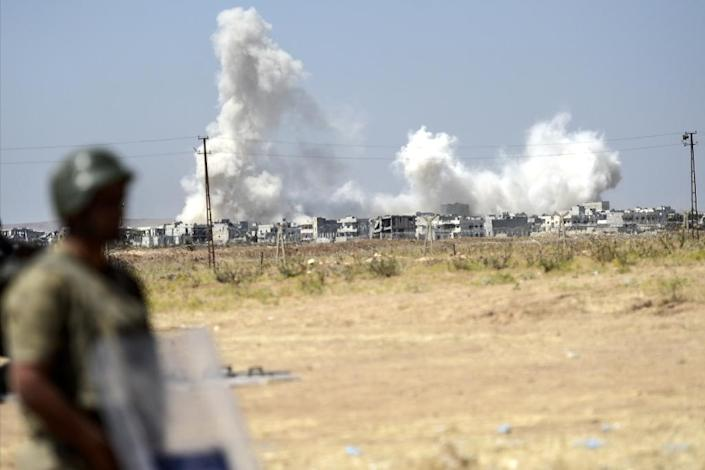 A picture taken from Suruc on June 27, 2015 looking across the border at smoke rising from the Syrian town of Kobane (AFP Photo/Bulent Kilic)