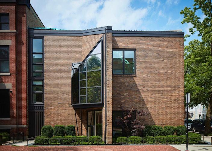 From the outside, you'd be hard-pressed to guess that Water Netsch's SOM-Renovated Chicago home contained a head-scratching split-level layout.