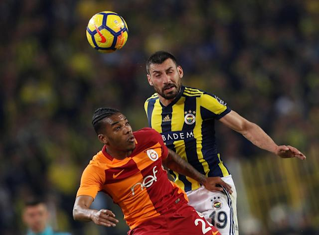 Soccer Football - Turkish Super League - Fenerbahce S.K vs Galatasaray - Sukru Saracoglu Stadium, Istanbul, Turkey - March 17, 2018 Galatasaray's Garry Rodrigues in action with Fenerbahce's Sener Ozbayrakli REUTERS/Murad Sezer