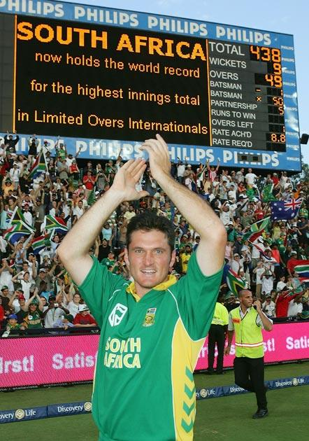 JOHANNESBURG, SOUTH AFRICA - MARCH 12:  Graeme Smith of South Africa celebrates his team's one wicket victory during the fifth One Day International between South Africa and Australia played at Wanderers Stadium on March 12, 2006 in Johannesburg, South Africa.  (Photo by Hamish Blair/Getty Images)