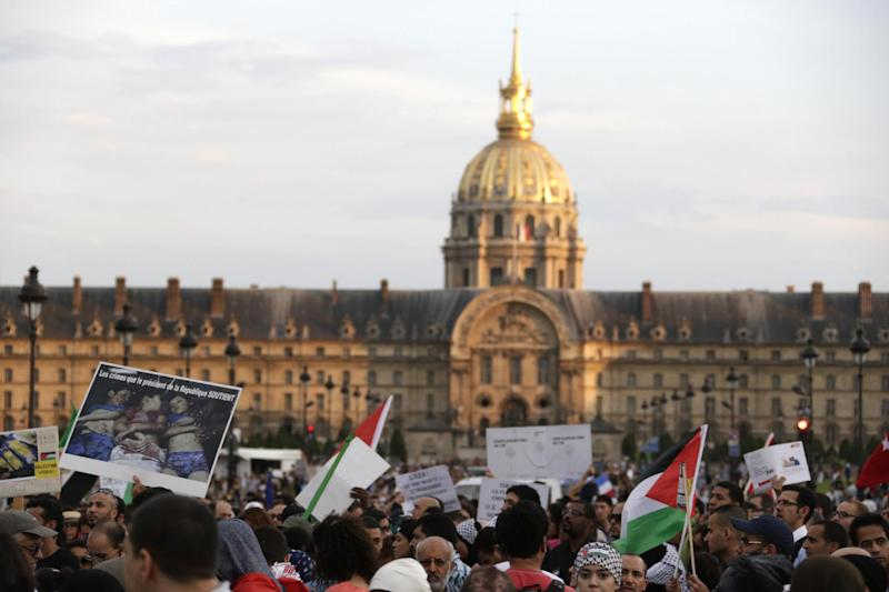 People gather in front of the Invalides during a demonstration to denounce Israel's military campaign in Gaza on July 23, 2014 in Paris (AFP Photo/Kenzo Tribouillard)