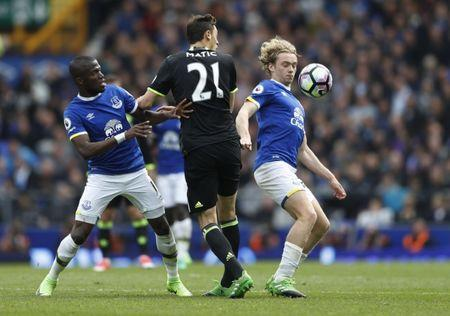 Britain Football Soccer - Everton v Chelsea - Premier League - Goodison Park - 30/4/17 Everton's Enner Valencia and Tom Davies in action with Chelsea's Nemanja Matic Action Images via Reuters / Carl Recine Livepic
