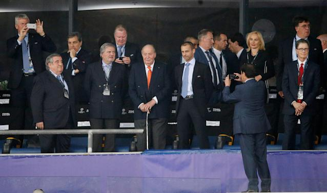 Soccer Football - Champions League Final - Real Madrid v Liverpool - NSC Olympic Stadium, Kiev, Ukraine - May 26, 2018 Former king Juan Carlos I of Spain (C) and Liverpool owner John W. Henry (R) in the stand before the match REUTERS/Gleb Garanich