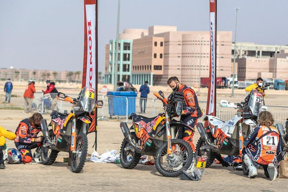 "#3 Red Bull KTM Factory Racing: Toby Price, #5 Red Bull KTM Factory Racing: Sam Sunderland, #21 KTM Factory Team: Daniel Sanders<span class=""copyright"">KTM </span>"