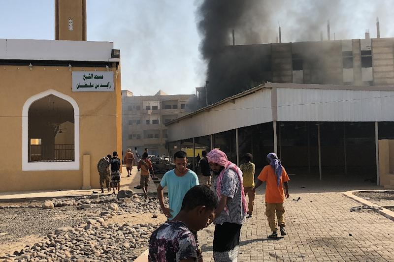 Yemenis gather at the scene of an explosion near a security post in the southern port city of Aden on November 14, 2017 (AFP Photo/NABIL HASSAN)