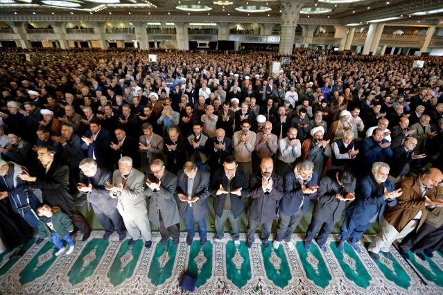 <p>Iranian worshippers attend the friday prayers at the Imam Khomeini mosque in Tehran, on Jan. 5, 2018. (Photo: Atta Kenare/AFP/Getty Images) </p>