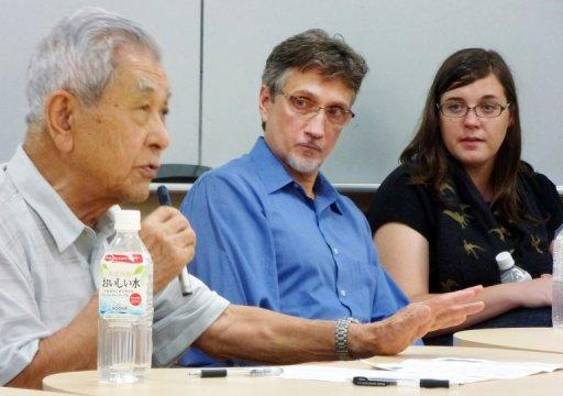 Clifton Truman Daniel (right) looks at Hiroshima survivor Nobuo Miyake (left), 83, at the University of Tokyo